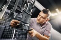 Projekt zur Digitalisierung der Kunststofffertigung am KUZ in Leipzig - Ein Mitarbeiter nimmt Einstellungen am Mischkopf vor